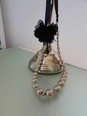 Elegante Perlenkette in nude-rosé