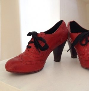 Elegante Schuhe mit Ziernähten