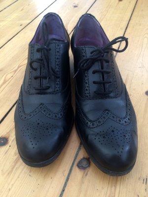 Elegante schwarze Schnürschuhe mit Lochmuster