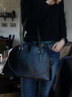 Elegante schwarze Tasche mit weißen Nähten
