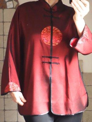 Eleganter chinesischer Kimono, Jäckchen, klassisches Design in dunkelroter Taftseide, chin. Seide, Stickereischwarze Einfassungen, Aufnäher mit traditioneller Musterung und Ornamenten, seitliche Schlitze, Druckknöpfe und Knebelknöpfe, Stehkragen, wundersc