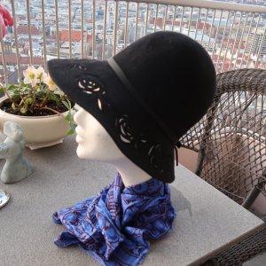 eleganter schwarzer Hut mit durchbrochener Krempe