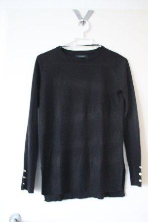 eleganter schwarzer Pullover mit goldenen Knöpfen
