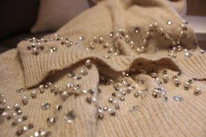 Eleganter Strickschal mit Perlen und Steinchen