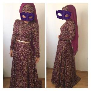 Elegantes Abendkleid mit kurzer Schleppe von der Designerin Pinar Sems