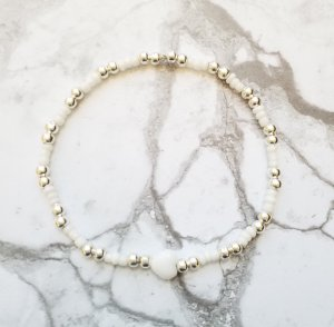 elegantes Armband mit weißen und silberfarbenen Perlen und dezentem weißen Herzen