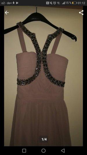 elegantes Kleid aus Steinen