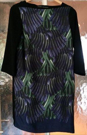 Elegantes Kleid in Schwarz mit speziellem Federprint von Zara