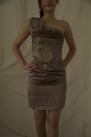 Elegantes, kurzes Kleid mit Verzierung