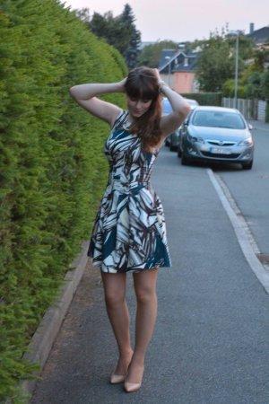 Elegantes mehrfarbiges Kleid