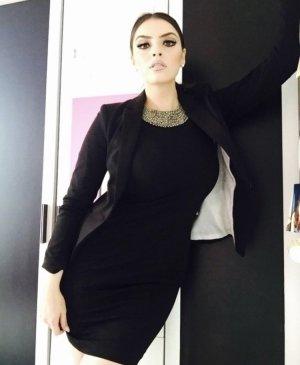 elegantes minikleid in schwarz mit silbernem steinchenkragen
