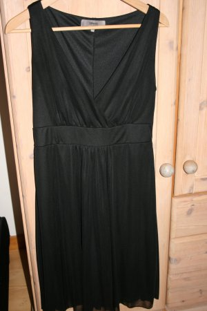 Elegantes schwarzes Kleid mit V-Ausschnitt