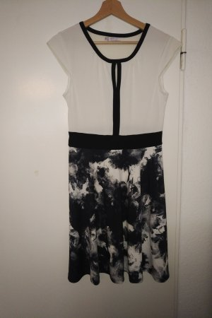 Elegantes, weich fallendes Kleid in schwarzweiß