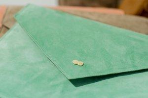 EMILIE Clutch Bag aus zartem Wildleder Mint Grün Handtasche Leder Project OONA