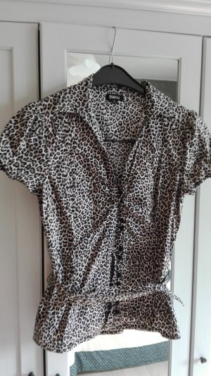 Eng anliegende Bluse im Leo-Look