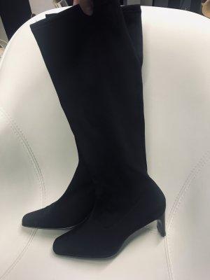 Eng anliegende Stiefel mit Lackabsatz
