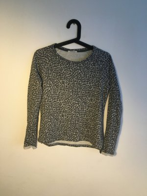 Eng anliegender Pullover mit Leo-Print