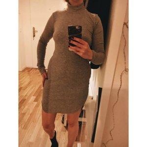 Eng-anliegendes Rollkragen-Kleid von H&M Trend