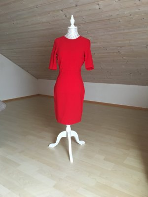 Eng anliegendes rotes Kleid