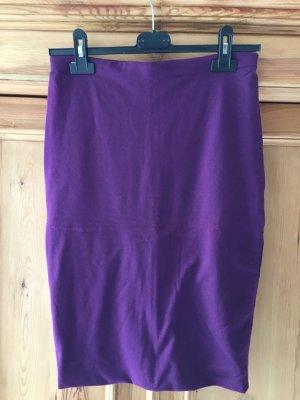 Eng geschnittener Pencilskirt in lila, Gr.M