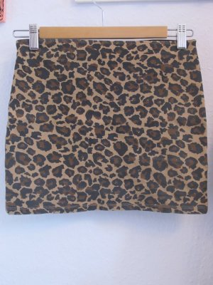eng geschnittener Rock mit Leopardenprint