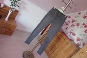 Enganliegende graue Jeans