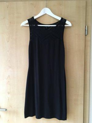 Enganliegendes Jerseykleid mit Lochdetails am Ausschnitt