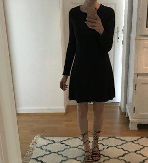 Enganliegendes Kleid mit Rüschensaum