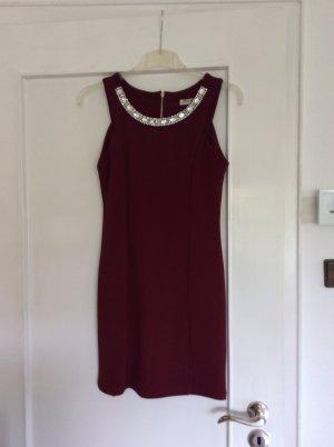 Enganliegendes rotes Kleid mit Steinen