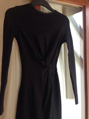 enganliegendes, schwarzes Kleid