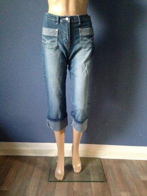 Enge 3/4-Jeans mit vielen Details