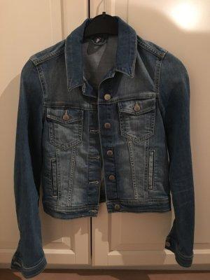 enge blaue Jeansjacke
