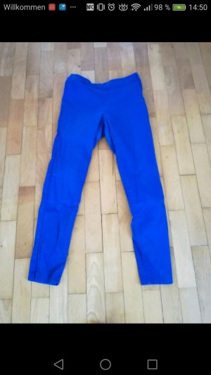 enge, blaue Stoffhose