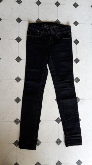 enge dunkelblaue Jeans