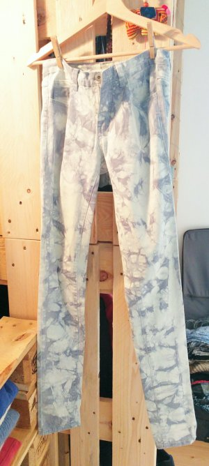 Enge gemusterte Jeans