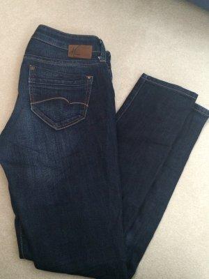 Enge Jeans mit dezenter Waschung