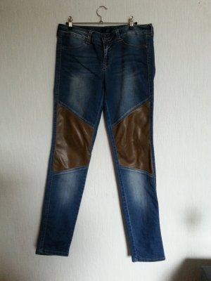 Enge Jeans mit Lederimitat