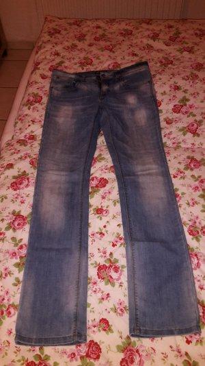Enge, leichte Jeansschlaghose für den perfekten Popo!