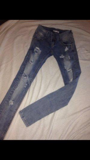Enge zerrissene Jeans