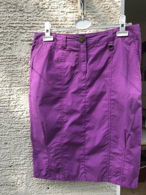 Enger lässiger Rock von Laurel Jeans. Dunkles Pink oder Violett, frische Farbe