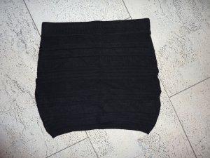 Enger schwarzer Stoffrock