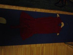 Enges, elegantes Designerkleid mit Schößchen
