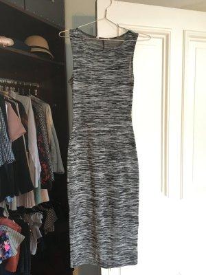 Enges Kleid grau schwarz Muster midi