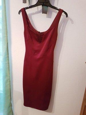 Enges sexy Kleid in burgunderrot