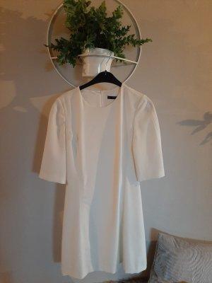 Enges weißes Kleid