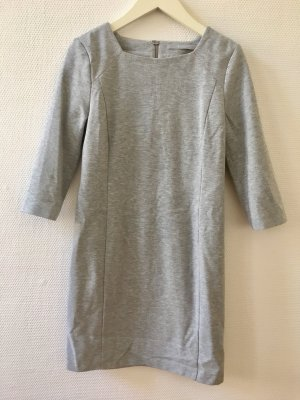 Etui Kleid in Grau, Sweatshirt Look