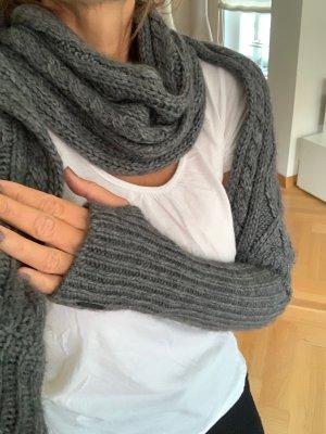 Exklusives Designstück von ESCADA Schal mit eingearbeiteten Ärmeln bzw. langen Handschuhen