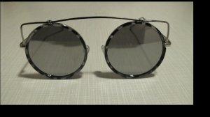 extravagante Sonnenbrille mit verspiegelten Gläsern
