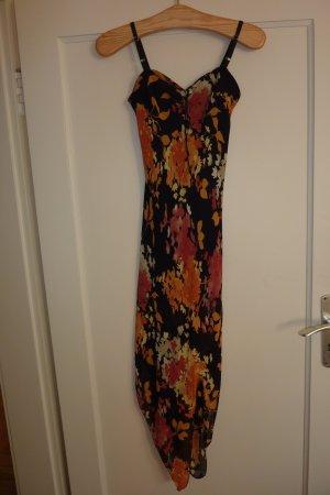 Extravagantes, asymmetrisch geschnittenes Kleid