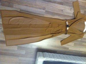 extravagantes Kleid mit hohen Schlitzen bis zum Oberschenkel